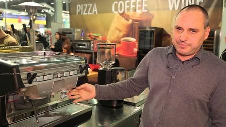 Приготовление кофе в пиццерии