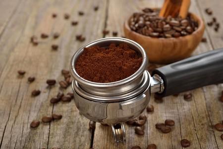 Насыпаем кофе в рожок