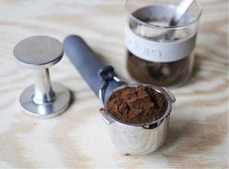 Засыпаем кофе в кофемашину