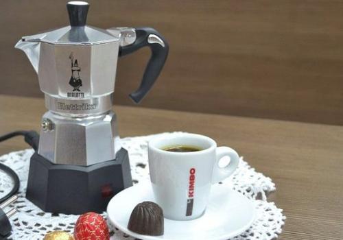 Гейзерный чайник и чашка кофе